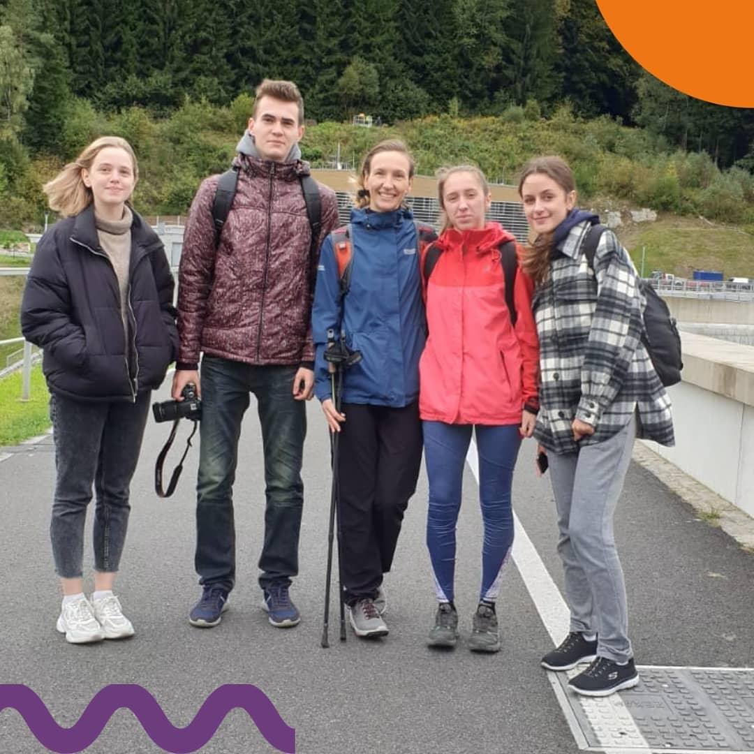 Вместе с учениками Czech Study посетили Лысую гору!   Лиса (по-чешски Lysá hora) — одна из самых высоких гор в Чехии. Это очень популярное место для активного и экстремального отдыха в Мораво-Силезском крае. Неудивительно, ведь ее высота над уровнем моря 1323 метра.  Вместе с нами ты сможешь путешествовать и открывать Чехию! 🇨🇿