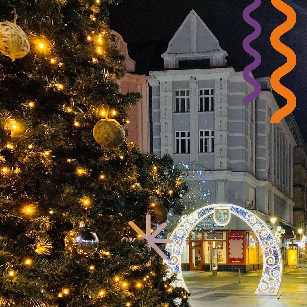 Сегодня в Чехии отмечают Рождество!  Это один из самых главных праздников в стране, который ждут и взрослые, и дети.   Многие семьи соблюдают чешские традиции: наряжают рождественскую ель и ждут прихода Ежишка. Ежишек (Ježíšek) — это маленький Иисус, который приносит детям подарки и угощения. На ужин в этот вечер подают печеного карпа и картофельный салат. Чтобы наступающий год был денежным, в кошелек принято класть рыбную чешуйку.   Иногда чешские семьи гадают за рождественским столом. Например, по яблоку или грецкому ореху определяют как сложится новый год.   Команда Czech Study поздравляет со светлым праздником! Делимся фотографиями волшебной Остравы и přejeme bohatého Ježíška!