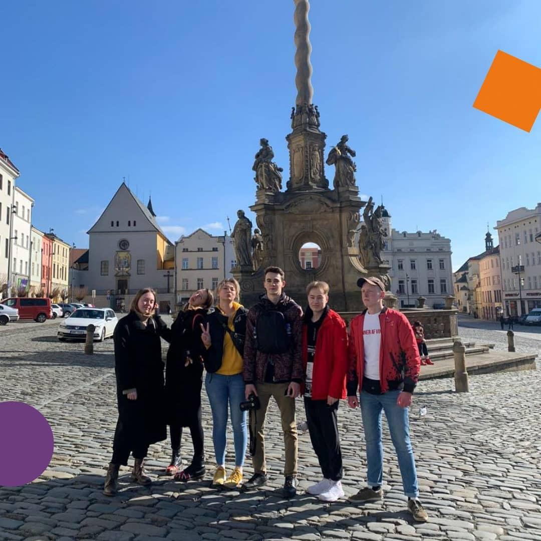 С сегодняшнего дня в Чехии запрещены поездки между городами. Но перед предстоящим полным локдауном мы успели съездить в сказочный Оломоуц.   Оломоуц — это исторический центр Чехии, небольшой городок в двух часах езды от Остравы. Он привлекает тем, что в нем компактно сосредоточены и средневековые монастыри, и узкие улочки, и самобытная культура.   Интересное о городе:  По легенде Оломоуц был основан Юлием Цезарем на месте римского лагеря. Его первоначальным названием было Juliamons;   Университет Палацкого в Оломоуце — второй старейший университет в Чехии. Он был основан в 1573 году;   ️ Оломоуц известен фонтанами в стиле барокко. Когда-то они были частью городского водоснабжения. Все фонтаны обыгрывают греческую мифологию, поэтому Оломоуц украшают фигуры Юпитера, Нептуна, Меркурия, Геркулеса и др.  Наши ребята были в восторге от поездки, Оломоуц очаровал своей красотой даже несмотря на то, что нам не удалась посетить музеи и костелы. Поездка выдалась на ура.   А вы были в Оломоуце? А может хотели бы побывать?